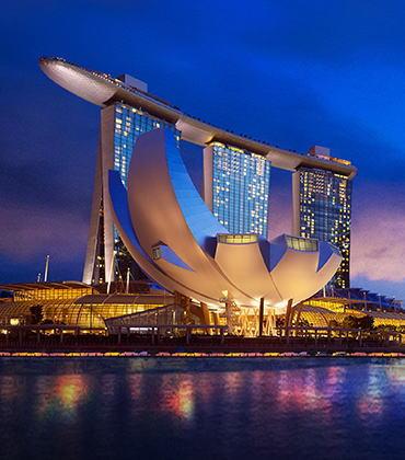シンガポールの統合型リゾート、マリーナベイ・サンズの夜景 出典:http://sandsjapan.com/about-ir/singapore-case-study/